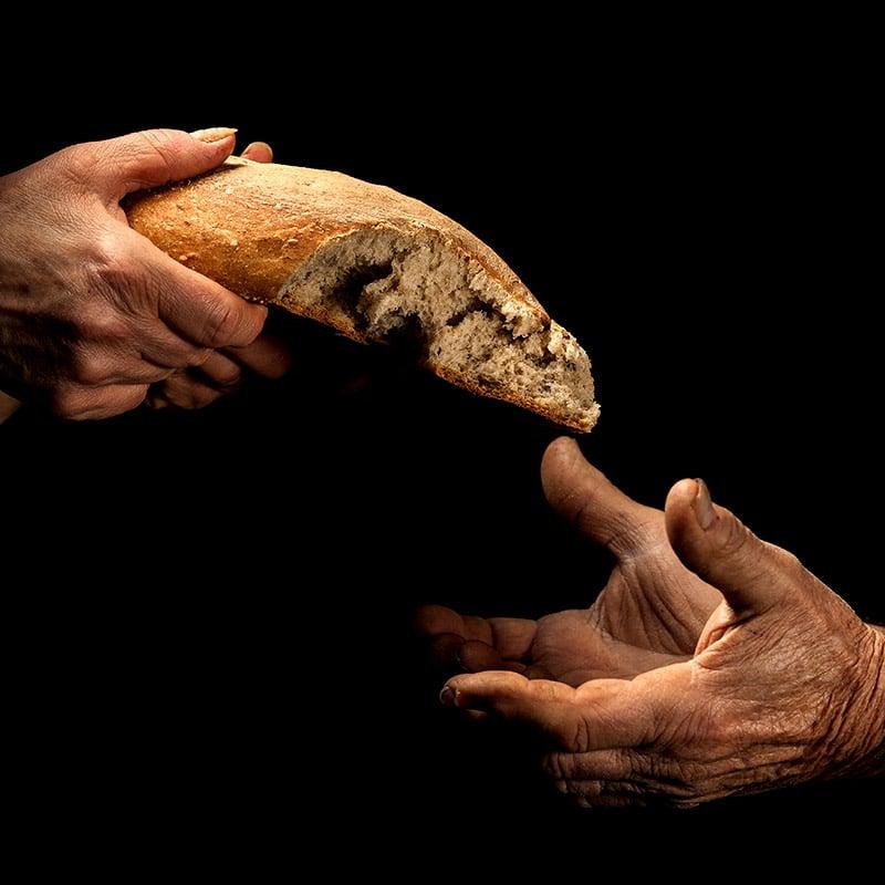 Hände teilen Brot Pallottiner