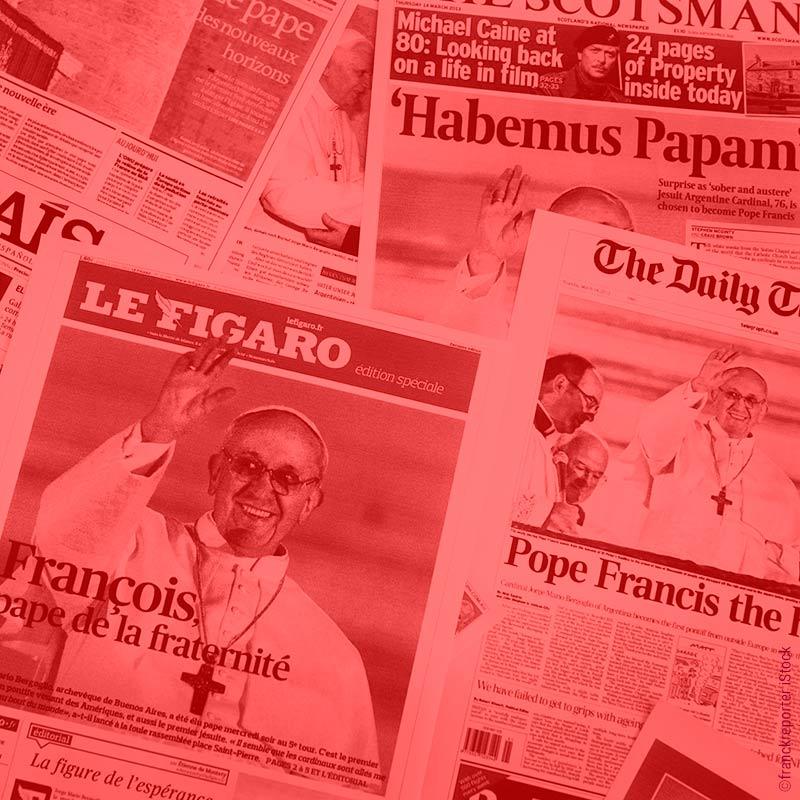 Zeitungen mit Papst Franziskus