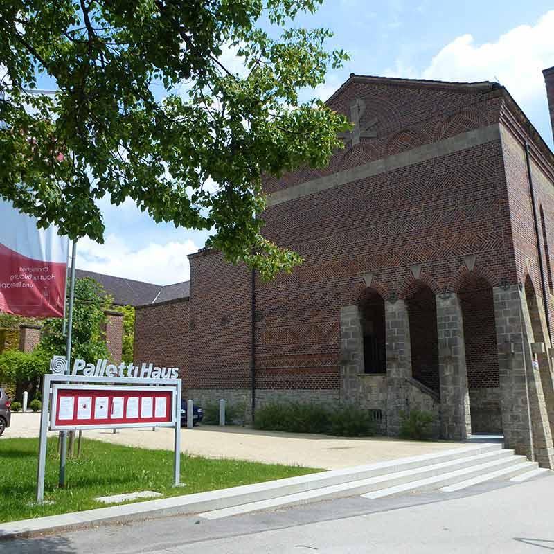 gaestehaus-pallotti-haus-freising-bild-4-kirche-mit-parkplatz-neu-800x800px-rgb-pallottiner