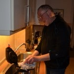 Bruder Klaus Schneider kocht Tee für die Armen am Bahnhofszoo