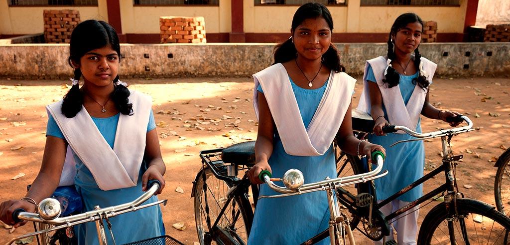Mädchen mit Fahrrädern in Indien