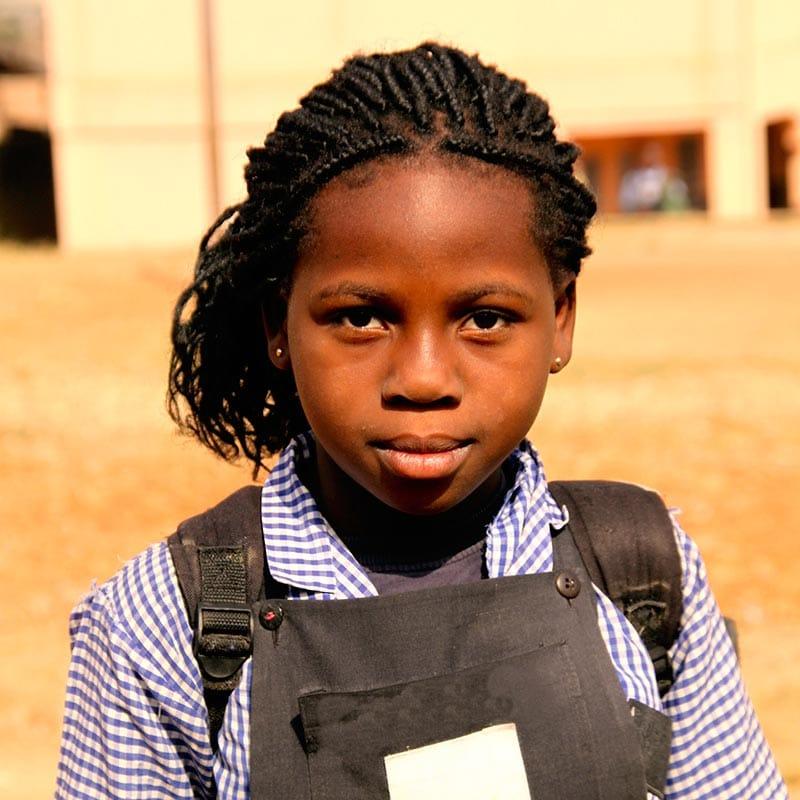Philippe aus Afrika freut sich über die neue Schule