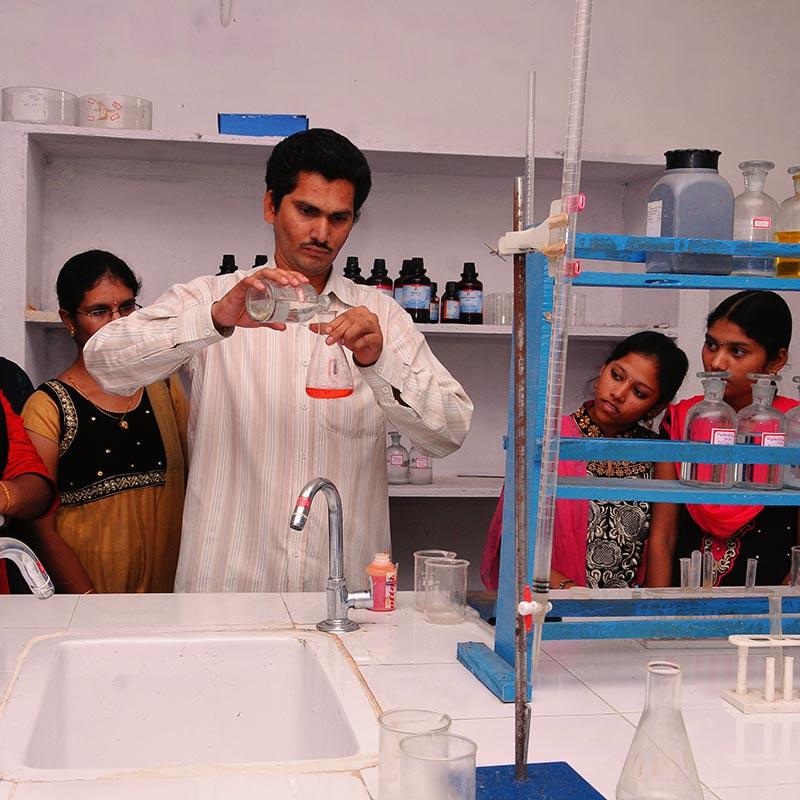 Indische Schülerinnen mit Lehrer