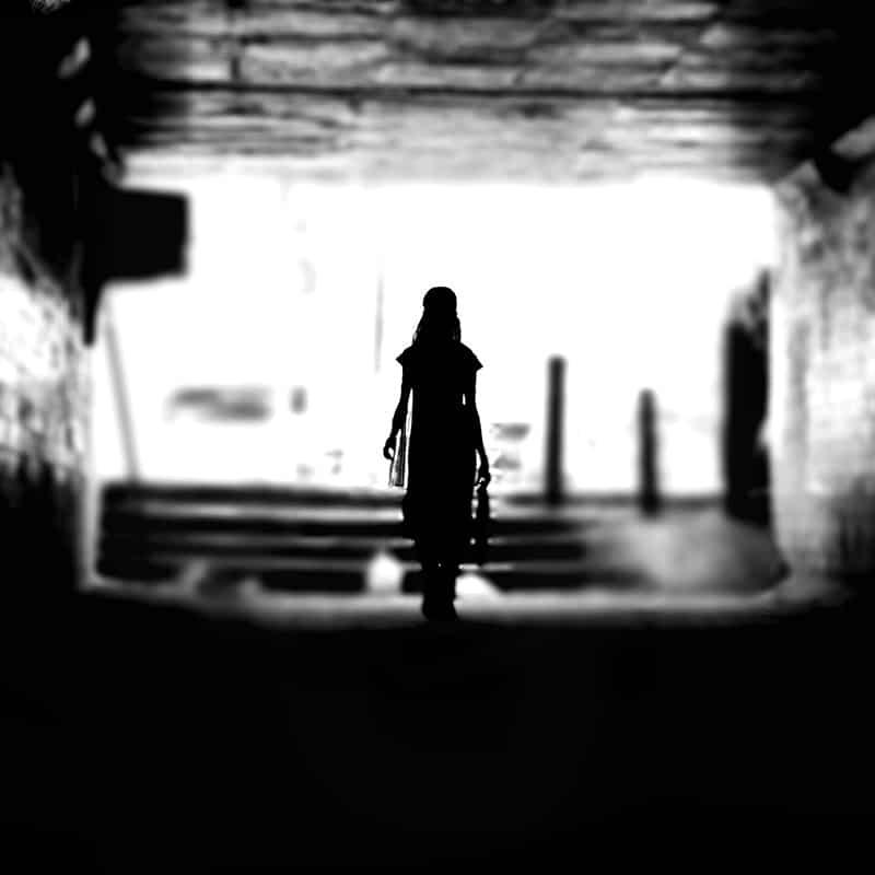 Frau geht aus Dunkel ins Licht - Perspektivenwechsel