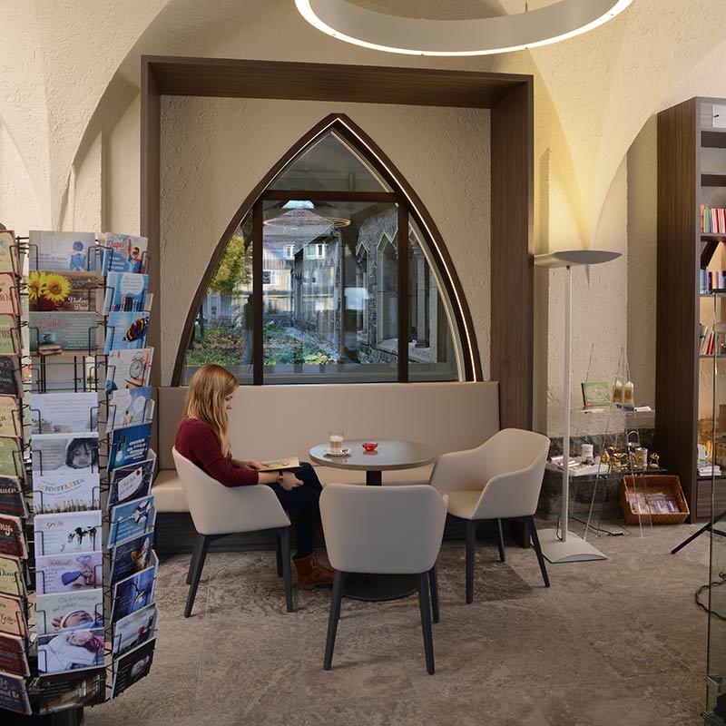 Foyer mit Buchladen