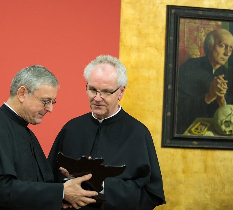 Der Provinzial und Pater Holzbach freuen sich über das Geschenk aus Nagpur