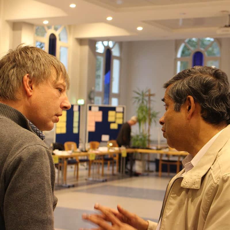 Pater Diensberg im Gespräch mit dem General bei der Provinzversammlung