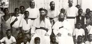 """Missionare der ersten Stunde in Kamerun mit """"Heidenkindern"""" (links vorne im Bild Bischof Vieter)"""