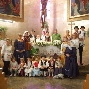 Gottesdienstbesucher in traditioneller Tracht in Vinkovci