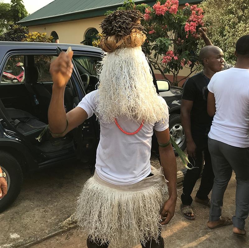 Weihnachten in Nigeria verkleideter Tänzer