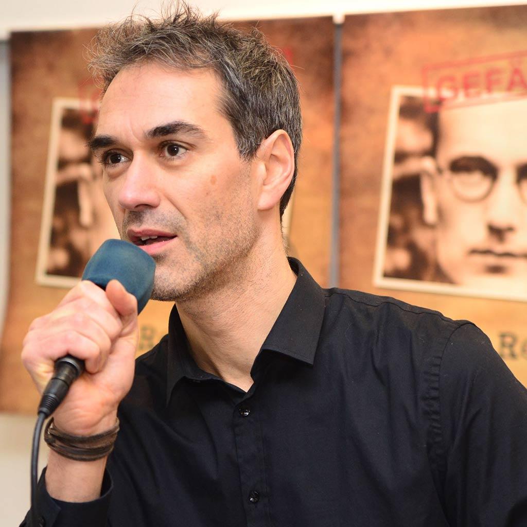 Der Sänger Amin Jan Sayed präsentierte einen Ausschnitt aus dem Musical an der PTHV in Vallendar.