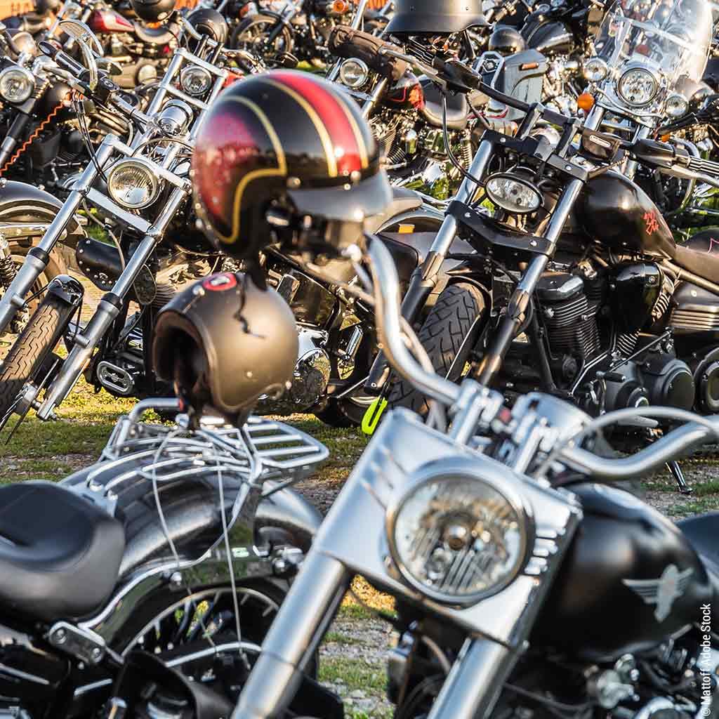Motorräder im Klosterhof