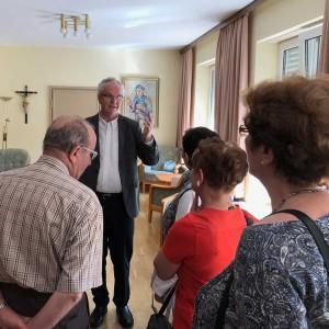 Führung von Pater Holzbach durch die Kommunität