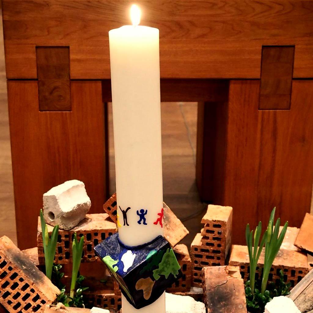 Auferstehung - Die Osterkerze in der Pallottikirche in Vallendar