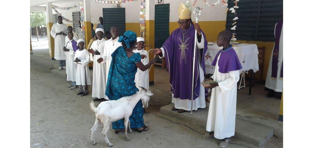 Gabenbereitung während der Messe