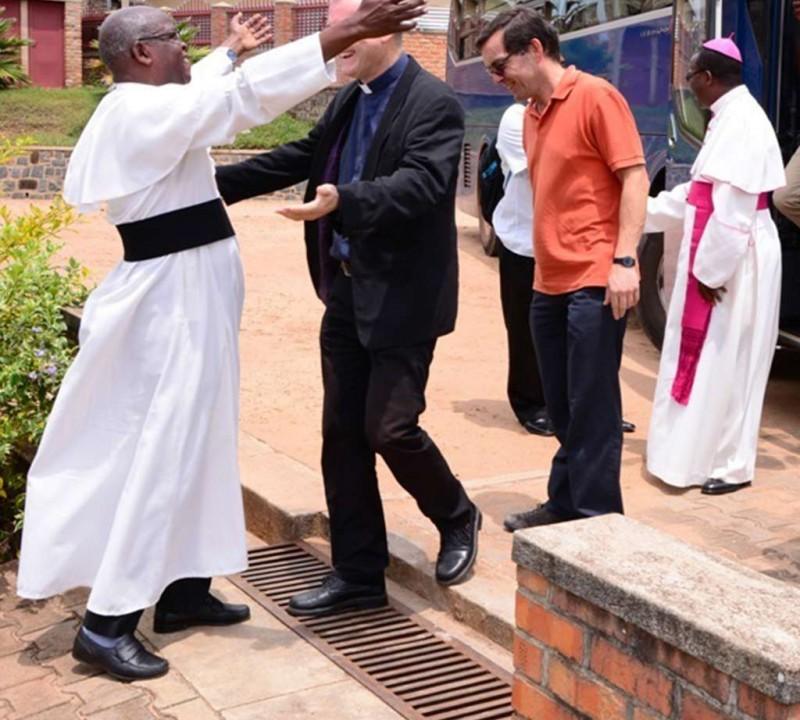 Umarmung beim Wiedersehen in Ruanda