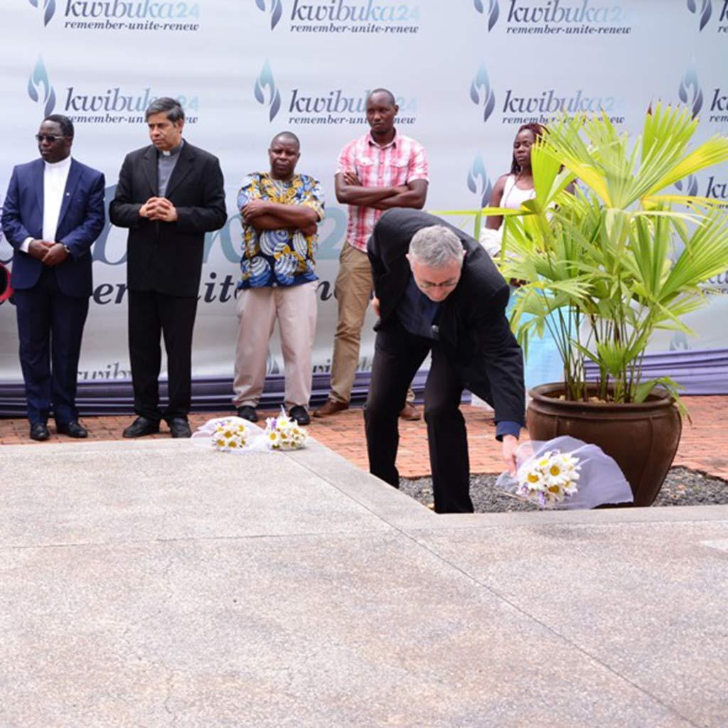 Provinzial Pater Helmut Scharler SAC legt in Kigali Blumen nieder