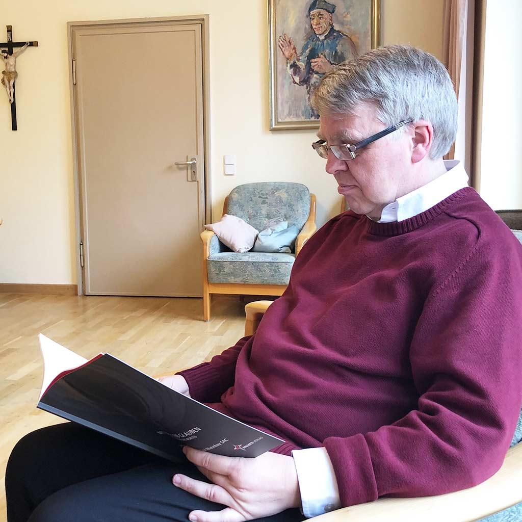 Pater Paul Rheinbay liest