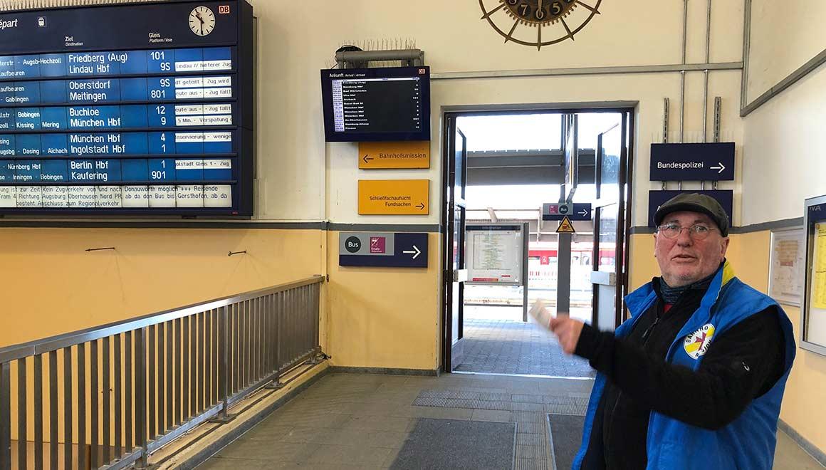 Bruder Schneider im Dienst bei der Bahnhofsmission in Augsburg