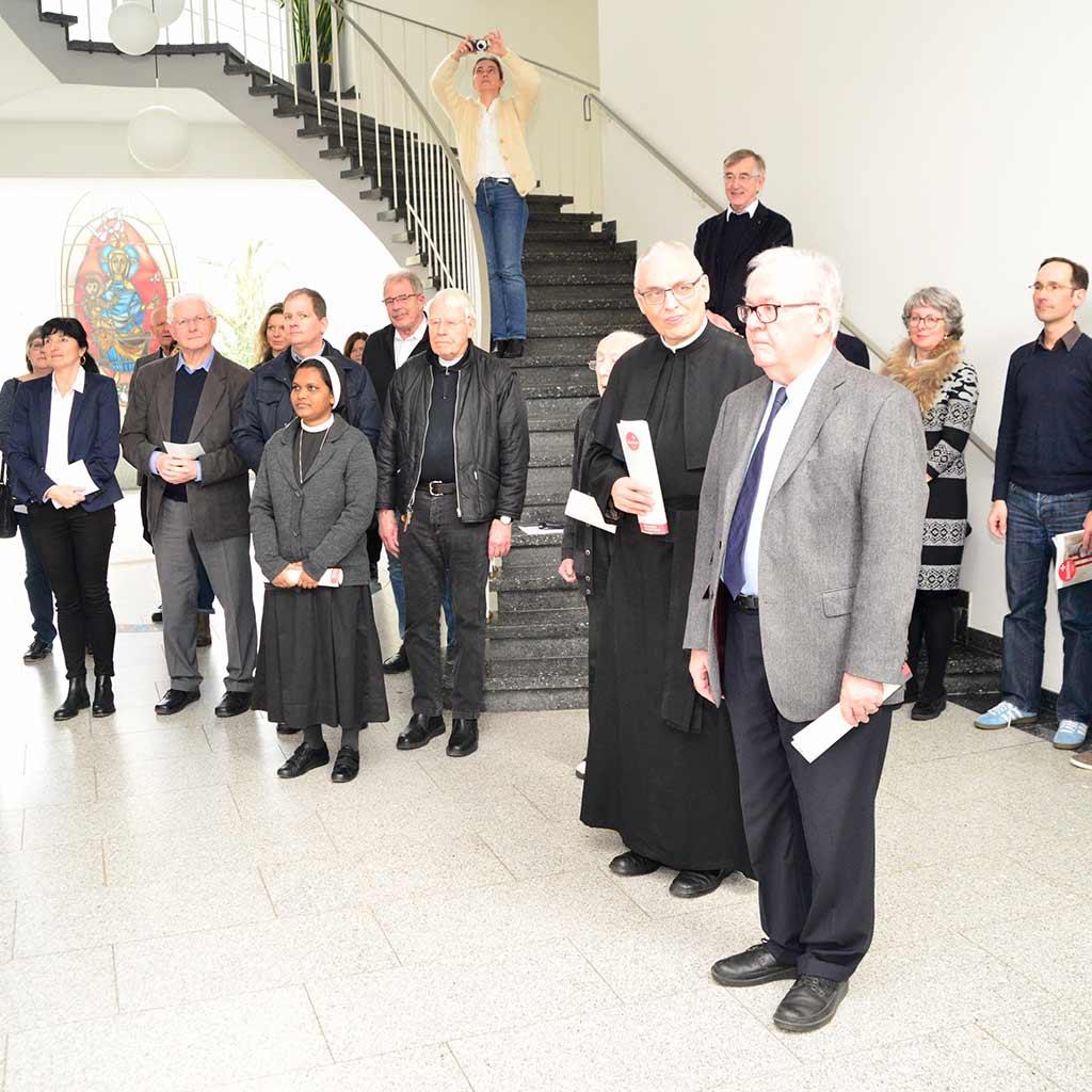 Pater Probst und Pater Lenz mit Gästen und Mitbrüdern