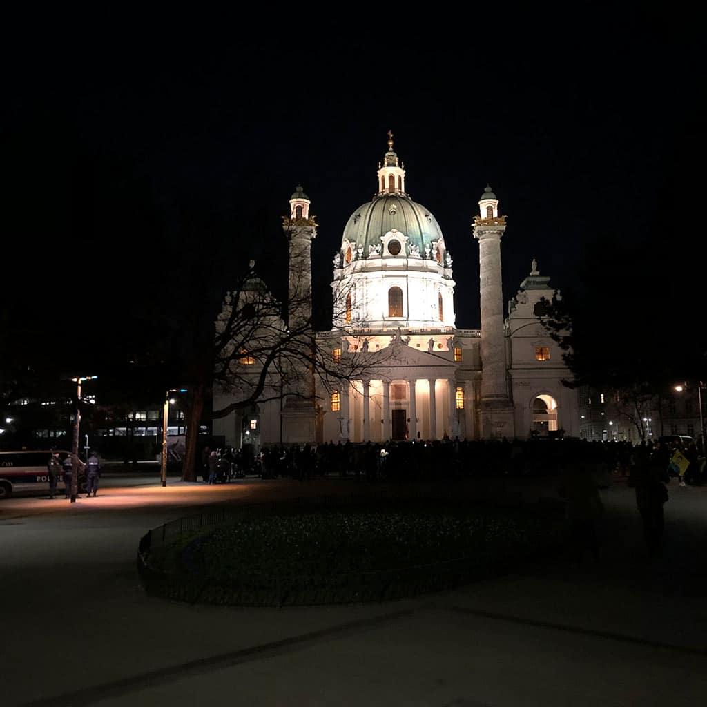 Karlskirche - Sightseeing bei Nacht in Wien