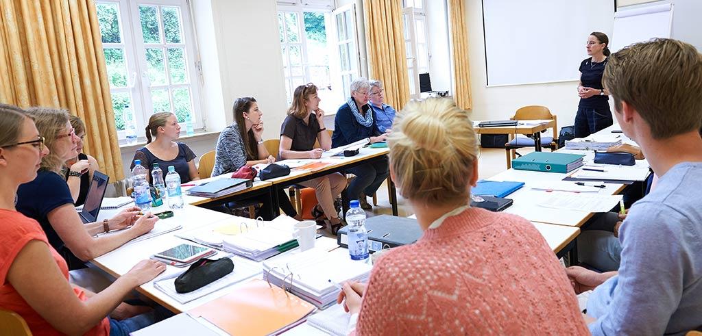 Seminarraum mit Studierenden im Fach Theologie