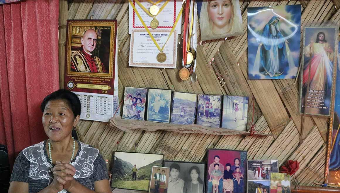 Frau Yapa Dui schickt ihre Kinder auf die Schule der Pallottiner
