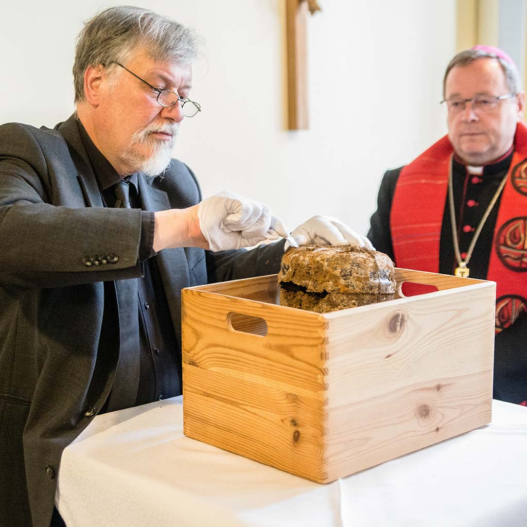 Begutachtung der sterblichen Überreste von Pater Richard Henkes SAC