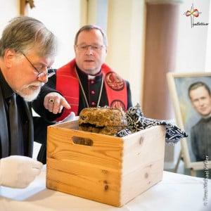 Sterbliche Überreste im Rahmen einer liturgischen Feier gehoben