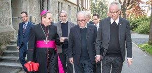 Bischof Georg Bätzing auf dem Weg zum Pallottiner-Friedhof in Limburg