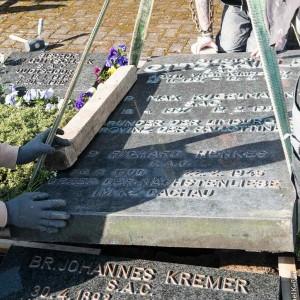 Öffnung der Grabplatte von Pater Richard Henkes in Limburg
