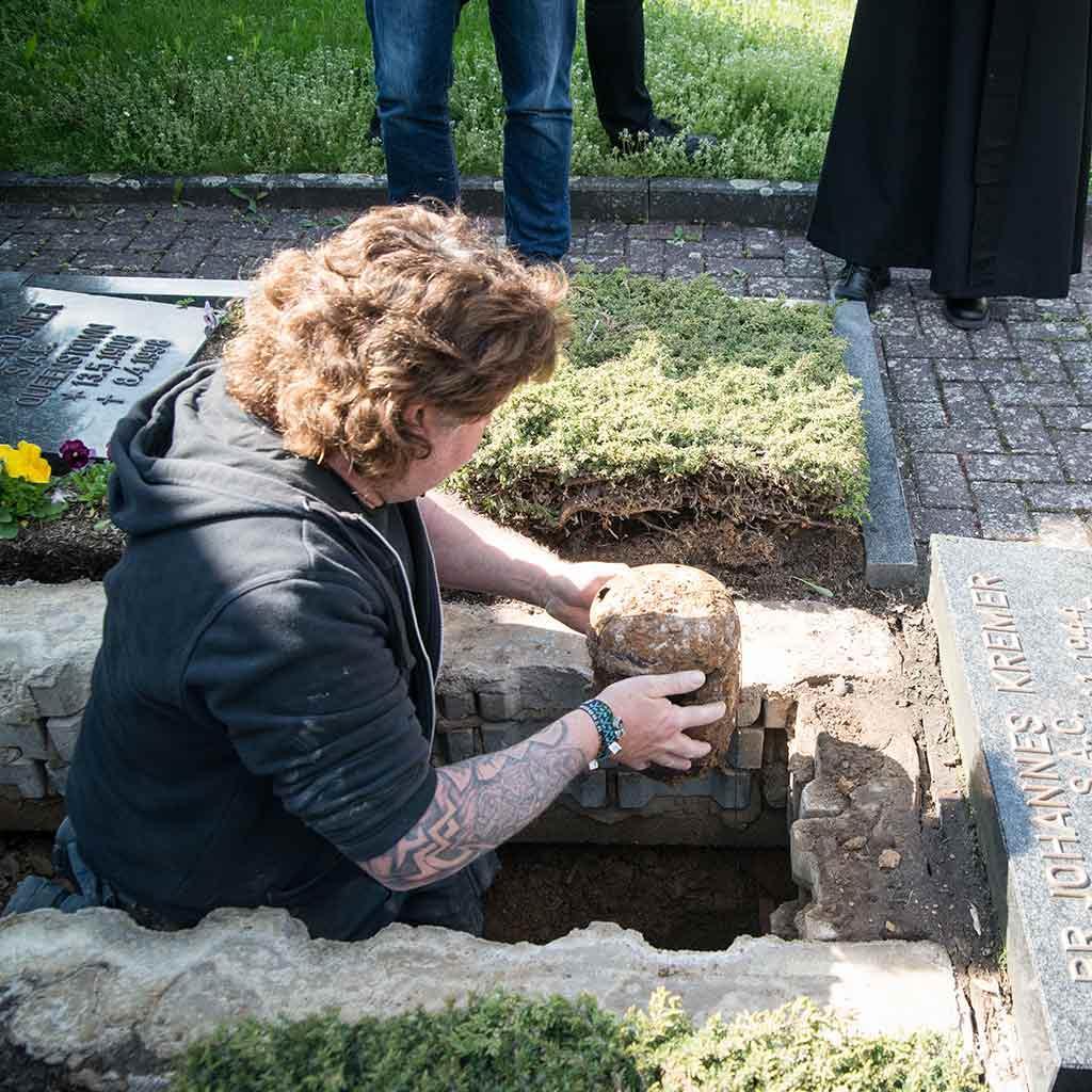 Die Urne Richard Henkes wird geborgen