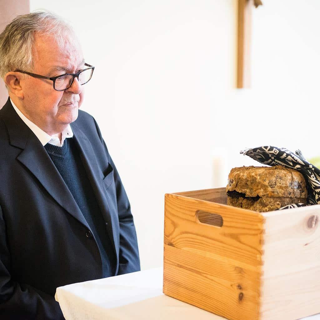 Vizepostulatror Pater Probst begutachtet die sterblichen Überreste von Pater Richard Henkes