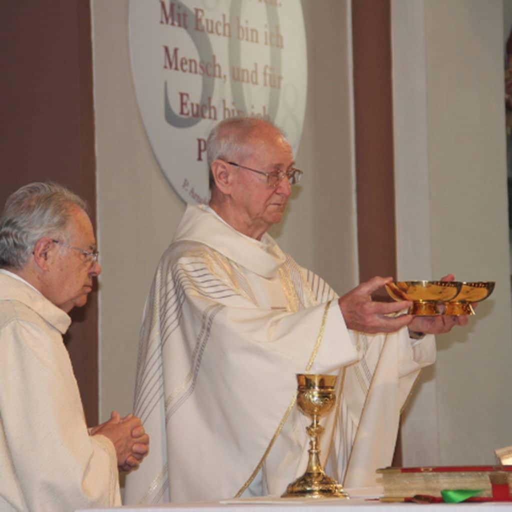 Pater Hartlaub bei der Abschiedsmesse in Aschaffenburg