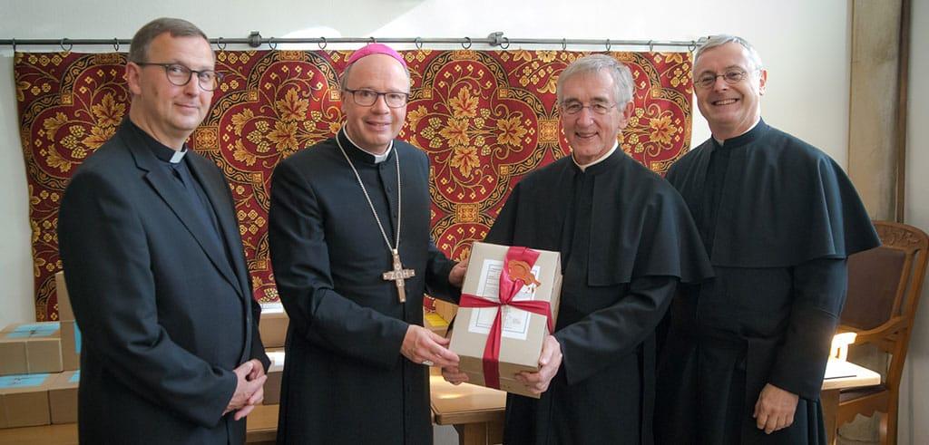 Bischof Stephan Ackermann und Postulator Prof. Pater Heribert Niederschlag SAC