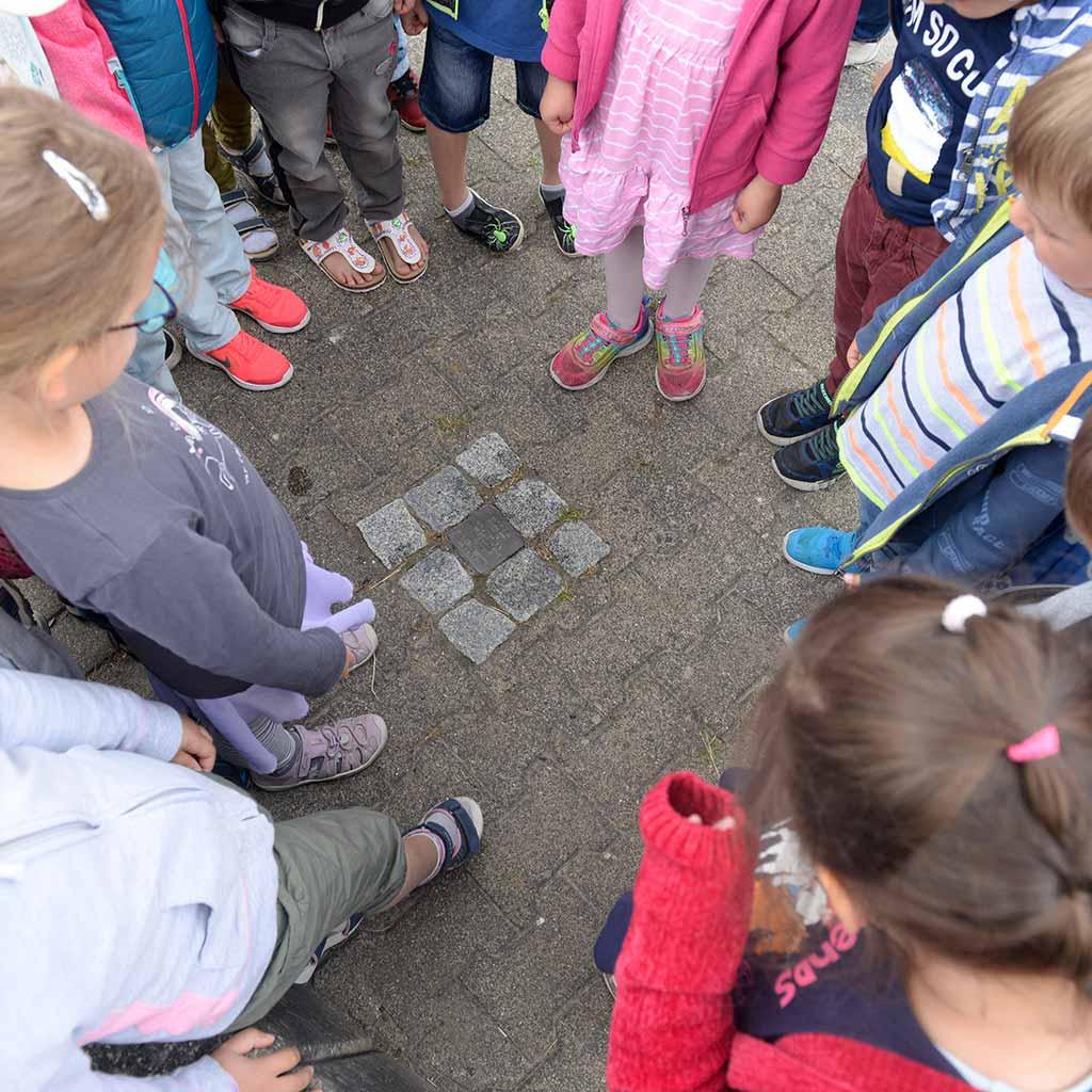 Kinder aus Ruppach-Goldhausen reinigen Gedenkstein für Pater Richard Henkes