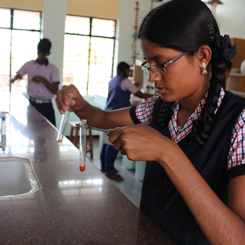 Chemielabor in der Pallotti Schule in Madurai