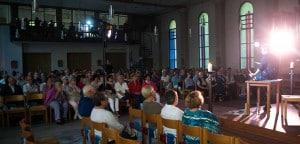 Begeisterte Besucher bei der Uraufführung von Abgerungen