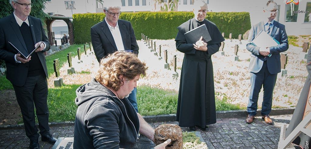 Bergung der Asche von Pater Richard Henkes