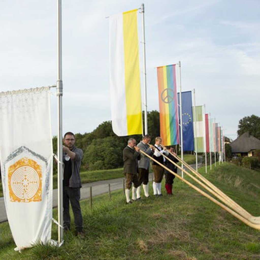 Neue Fahne für das Haus der Stille