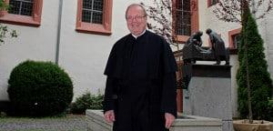 Pater Ludger Zewe SAC vor der St. Annakirche in Limburg