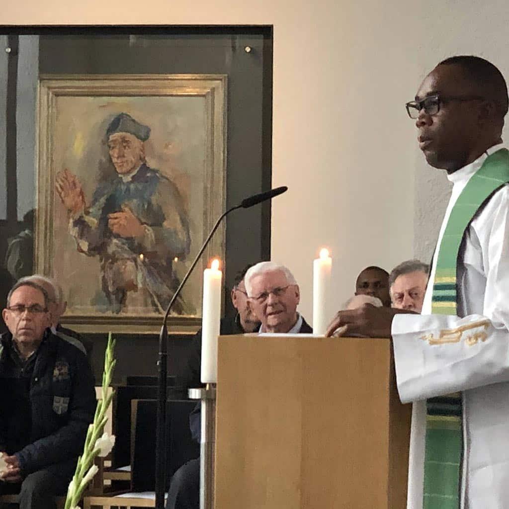 Pater John Ndidi Nwaocha SAC predigt in der Pallottikirche in Friedberg