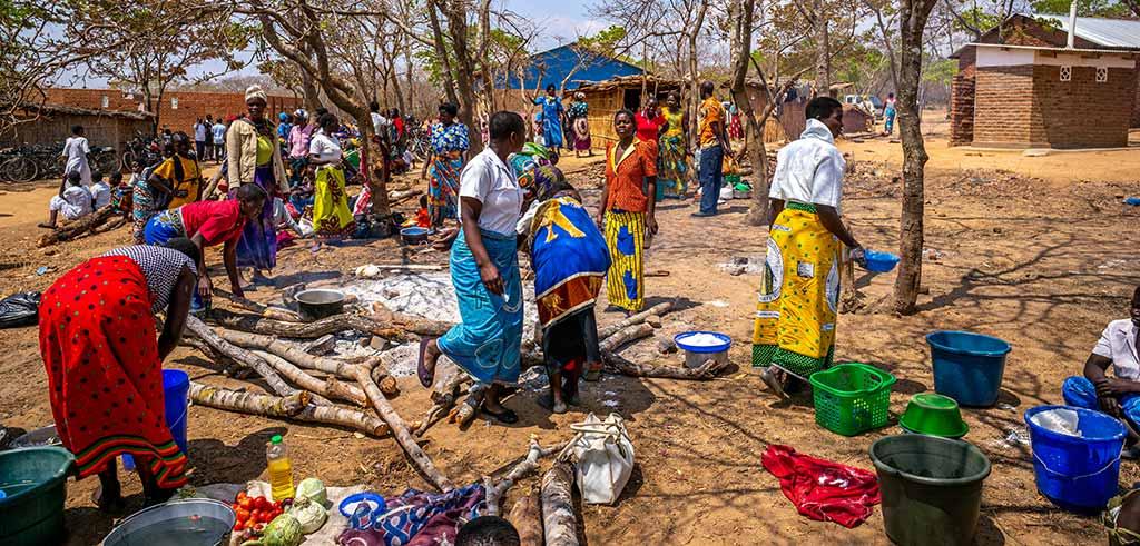 Vorbereitungen für den Gottesdienst in Kapathika Malawi Afrika