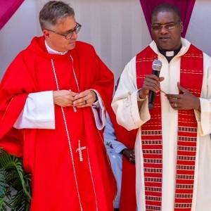 Pater Markus Hau predigt Pater Mangwele übersetzt in Chichewa