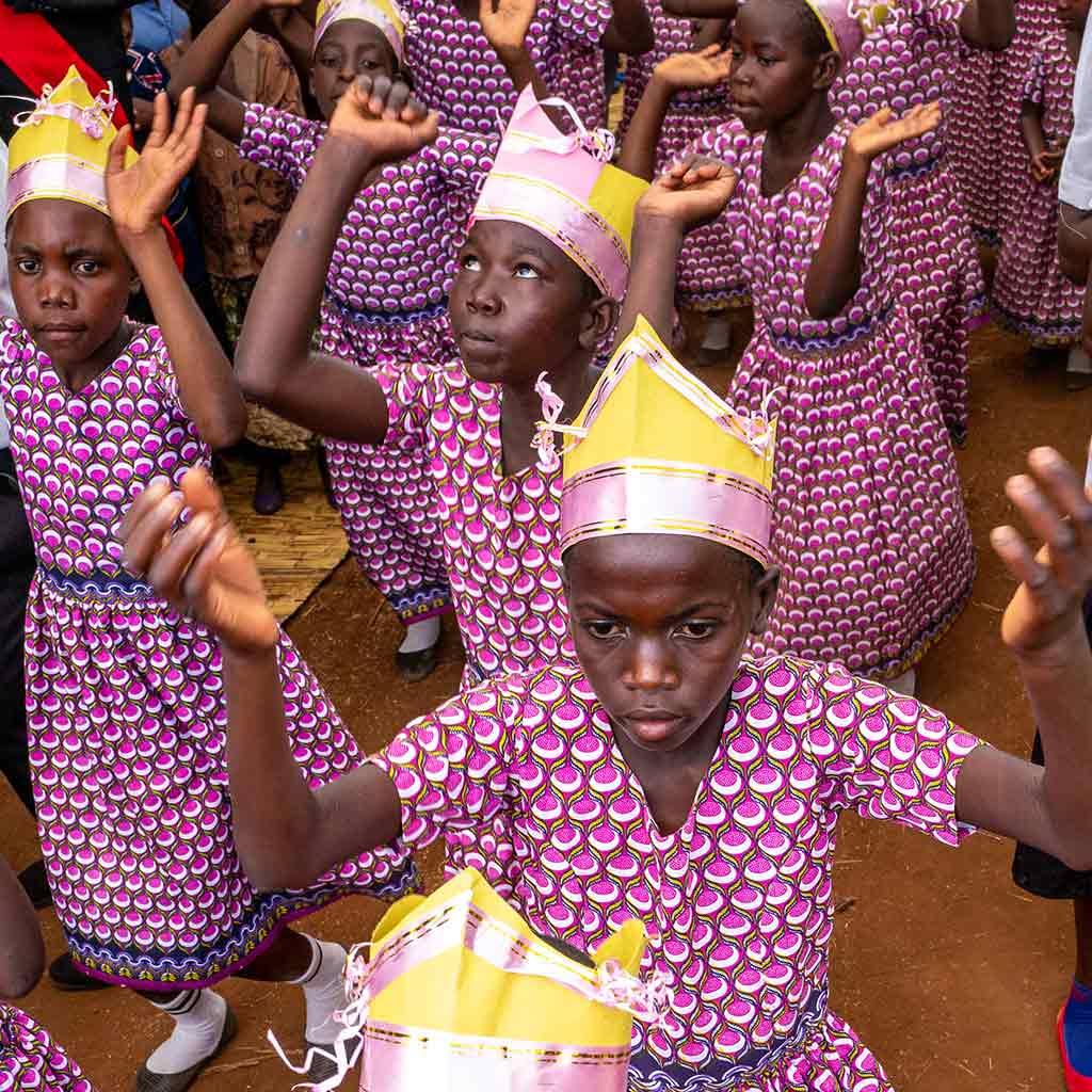 Junge Tänzerinnen beim Gottesdienst im Herzen Malawis