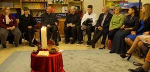 Weihbischof Horst Eberlein stellt sich den Fragen der jungen Menschen