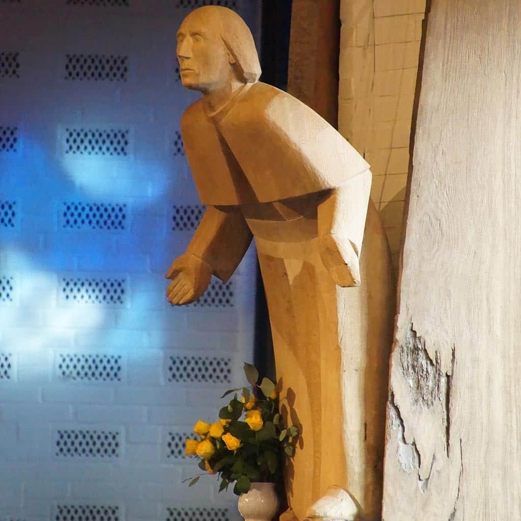 Holzfigur des heiligen Vinzenz Pallotti mit Blumenschmuck am Pallottitag in Hamburg