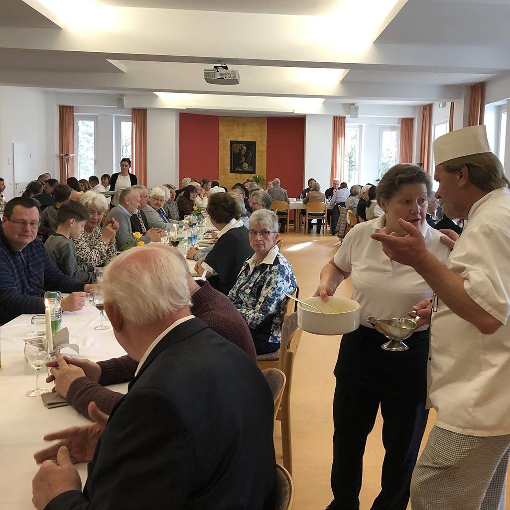 Gemeinsames Mittagessen im Pallottisaal des Provinzialates der Pallottiner in Friedberg (Bayern)