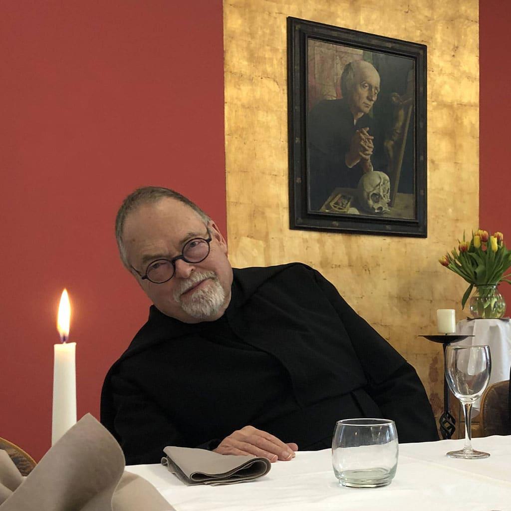 Pater Peter Hinsen SAC gibt den Blick auf den Heiligen frei