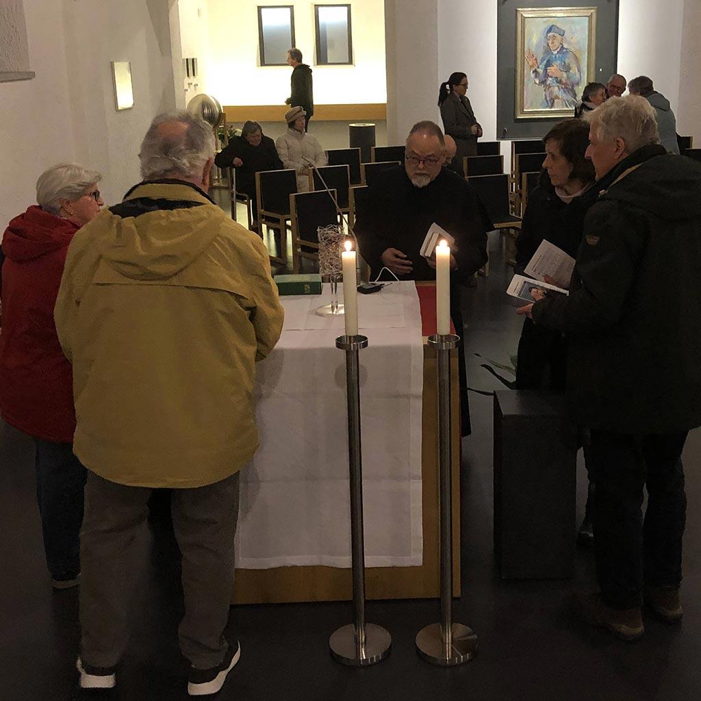Die Gläubigen bestaunen das neue Turmreliquiar